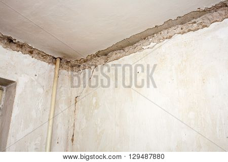 Fragment removal for repair of architectural linear concave surface oformlyayuscheyya transition from the vertical plane of the wall to the ceiling