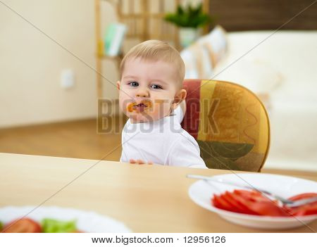 kleiner Junge mit Mahlzeit