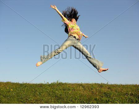 Mädchen mit Haaren am Himmel zu springen
