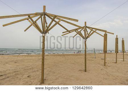 Installazione di ombrelloni sulla spiaggia in vista della stagione estiva
