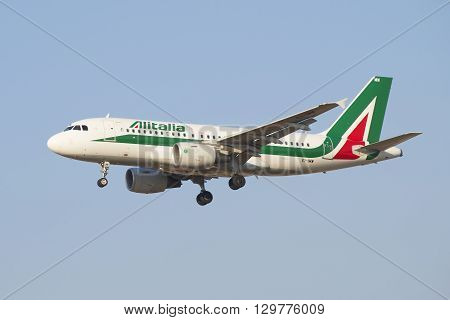 SAINT PETERSBURG, RUSSIA - MARCH 28, 2016: Flying the Airbus A319-111 ( EI-IMW) Alitalia