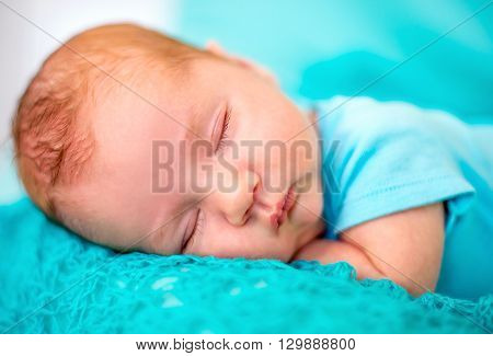 The baby sleeps on the tummy pens under head