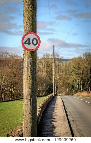 A 40 mile per hour road sign