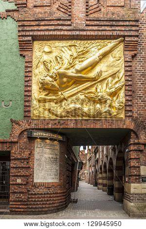 Boettcherstreet With Golden Der Lichtbringer