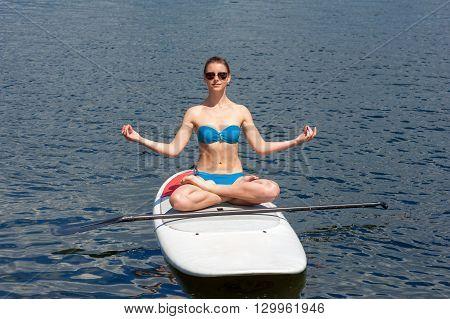 Sup Athletic Girl Yoga Meditation01
