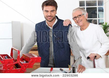 Jovem homem assiste velhinha