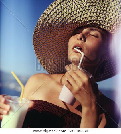 Mädchen trinken Milch-Shakes