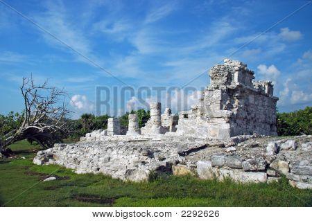 Verschlechtertem Maya-Ruinen in Strandnähe