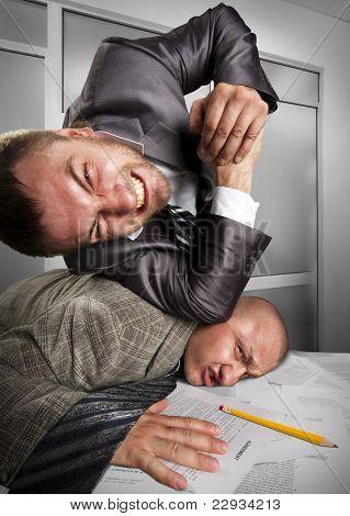 Empresarios luchando en la oficina