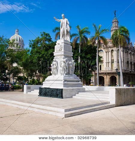 El Parque Central de la Habana con el monumento de José Martí y el Capitolio en el fondo