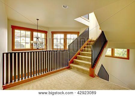 Trap met metalen reling. Nieuwe luxe huis interieur.