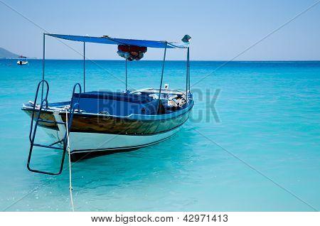 Boot im blauen Meer in Oludeniz, Fethiye, Türkei