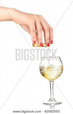 Vierta algo en vidrio con bebida aislado en blanco
