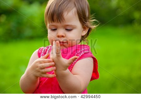 little girl counting her fingers