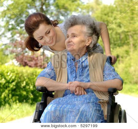 Senior Woman im Rollstuhl