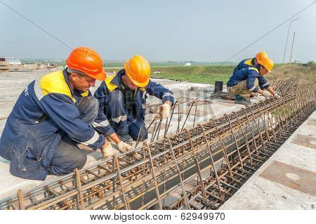 Workers mount bridge span