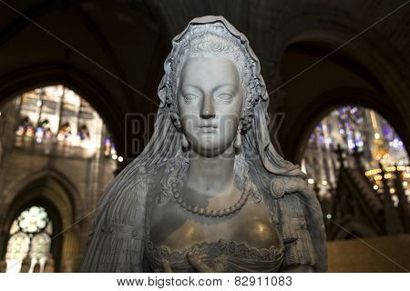 statue of queen Marie-Antoinette in  basilica of saint-denis