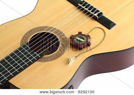 Guitarra acústica y un diapasón