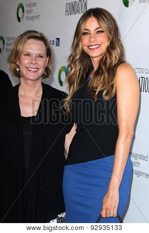 LOS ANGELES - JUN 8:  JoBeth Williams, Sofia Vergara at the SAG Foundation's 30th Anniversary LA Golf Classi at the Lakeside Golf Club on June 8, 2015 in Toluca Lake, CA