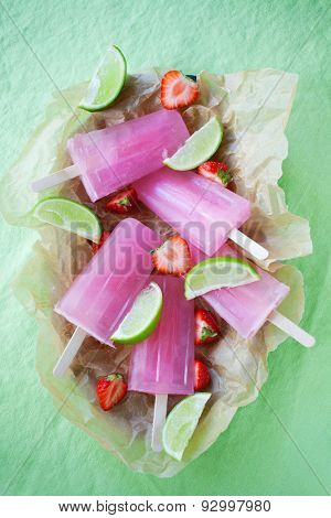 Fruity popsicles with lime and strawberries