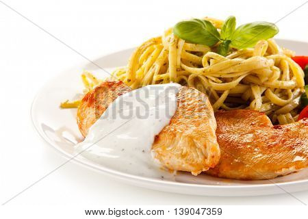 Grilled chicken fillet, pasta and vegetables