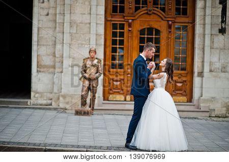Wedding couple background pantomimist  at wedding