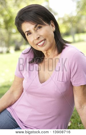 Portrét starší ženy v parku