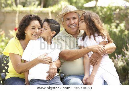 Retrato de avós com netos no Parque
