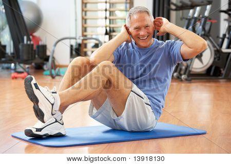 Senior Man doen Ups zitten In de sportschool