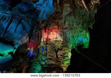 Photo Prometheus cave with beautifully illuminated stalactites and stalagmites georgia