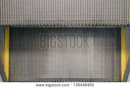 Surface of an escalator step with a metal corrugated flooring
