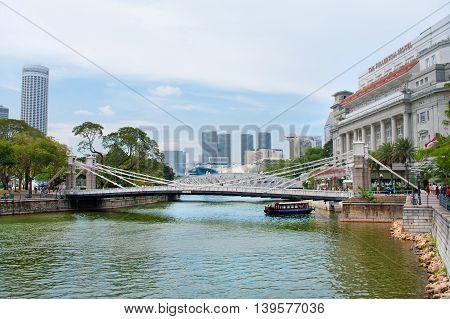 Cavenagh Bridge Spanning The Lower Reaches Of Singapore River