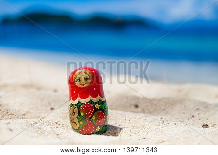Photo Russian Dolls Matrioshka Untouched Tropical Beach in Bali Island. Horizontal Picture. Blurred Background