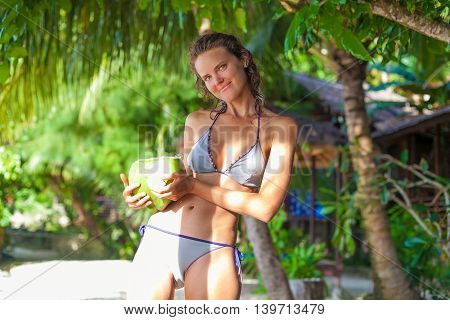 Photo Young Girl Relaxing on Beach with Exotic Fruits. Smiling Woman Spending Chill Time Outdoor Summer Bali Island. Indonesia Travel. Horizontal picture