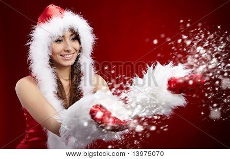 jovem mulher de Natal segurando estrela sobre fundo vermelho
