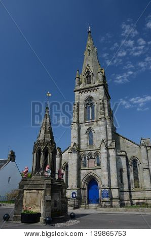 A view of the church and fountain in Falkland