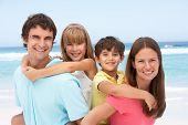 Постер, плакат: Семья контрейлерных весело на пляж праздник