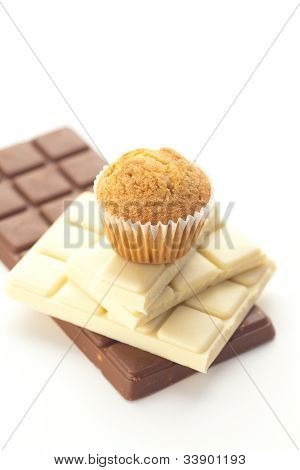 Barra de Chocolate y Muffin aislado en blanco
