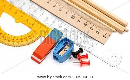 Muchas herramientas de oficina sobre un fondo blanco
