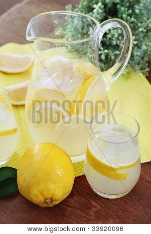 Krug und Gläser frische Limonade