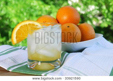 Orangensaft auf der Terrasse