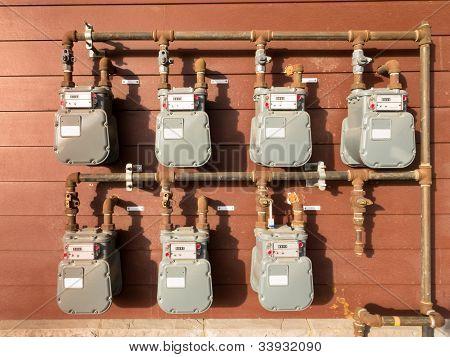 Erdgas m Bank an Gebäude-Außenwand
