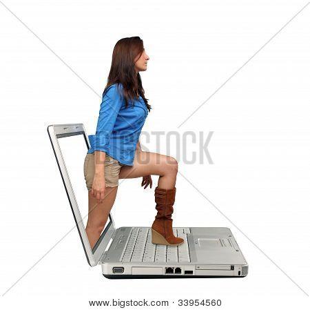 Hermosas morenas pasos fuera de un ordenador portátil