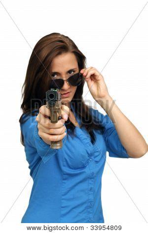 Hermosa morena con un arma de fuego