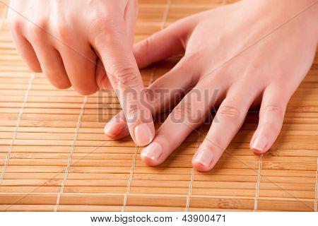 Постер, плакат: Женщина делает EFT на палец точки Эмоциональная Свобода Техника выстукивать форма консультирование int, холст на подрамнике