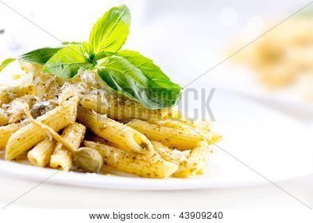 Pasta. Penne-Nudeln mit Pesto-Sauce. Italienische Küche