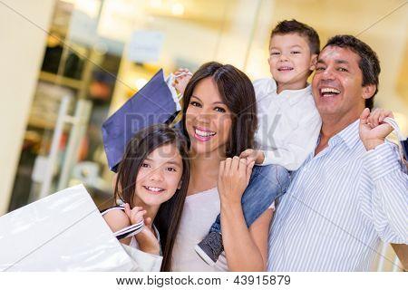 Família vai às compras e olhando muito feliz