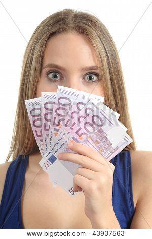 Schöne Frau überrascht und hält eine Menge von fünfhundert Euro-Banknoten