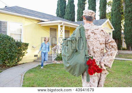 Esposa marido casa em licença do exército de boas-vindas