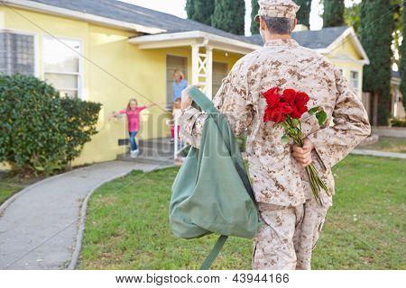 Família acolhedora casa do marido sobre a licença do exército